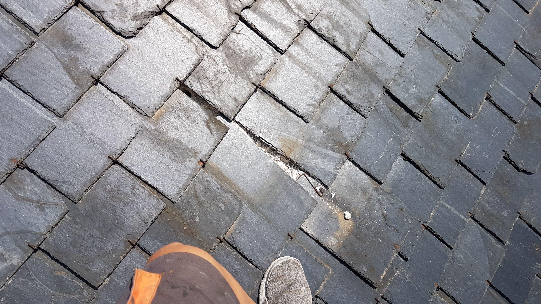 Mantenimiento de pizarras descolgadas en el tejado